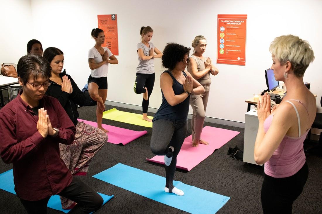 Estudiantes de ILSC durante la sesión de inglés más yoga. (Cortesía de ILSC)