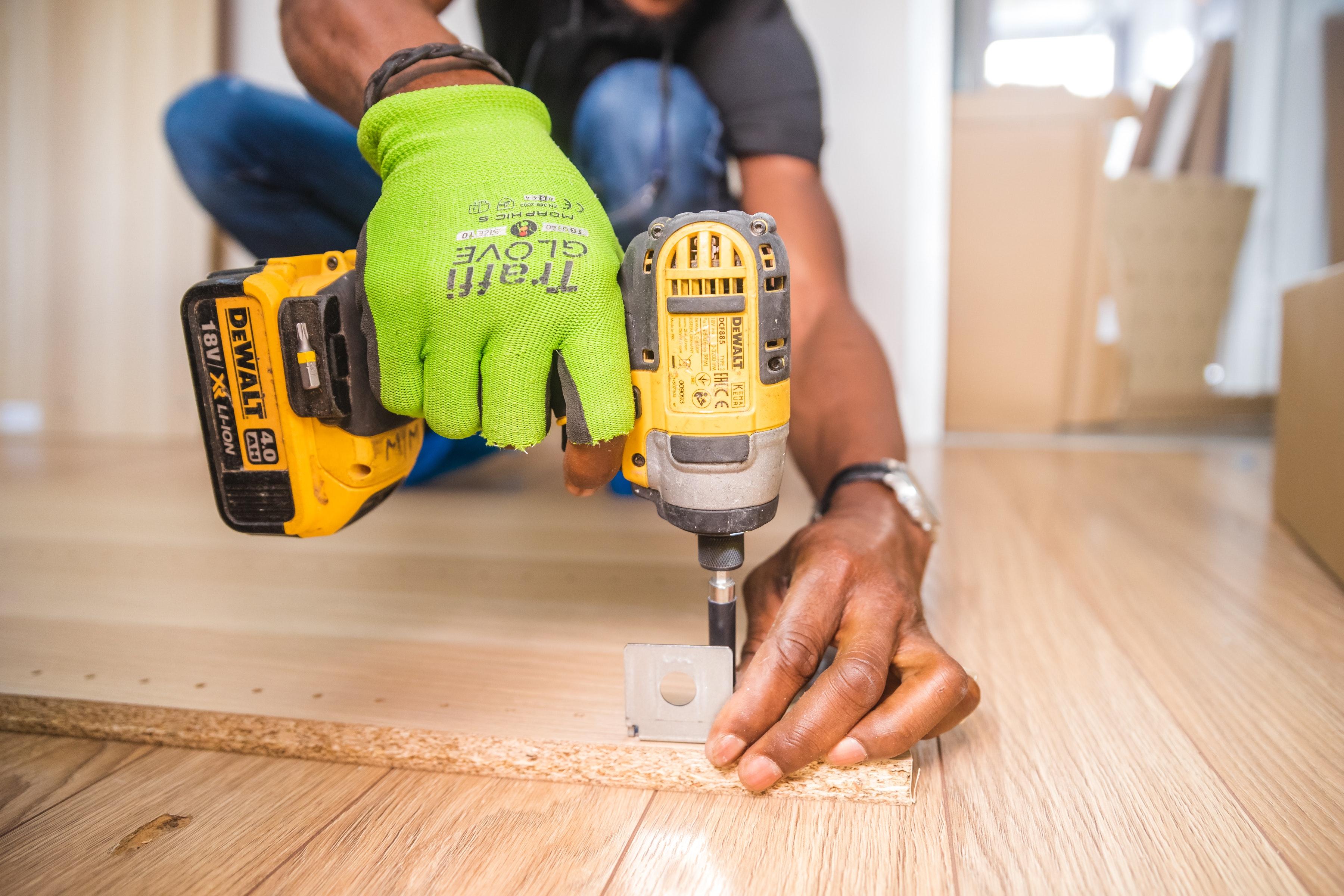 Persona realizando trabajo de carpintería. (Cortesía de Pexels)