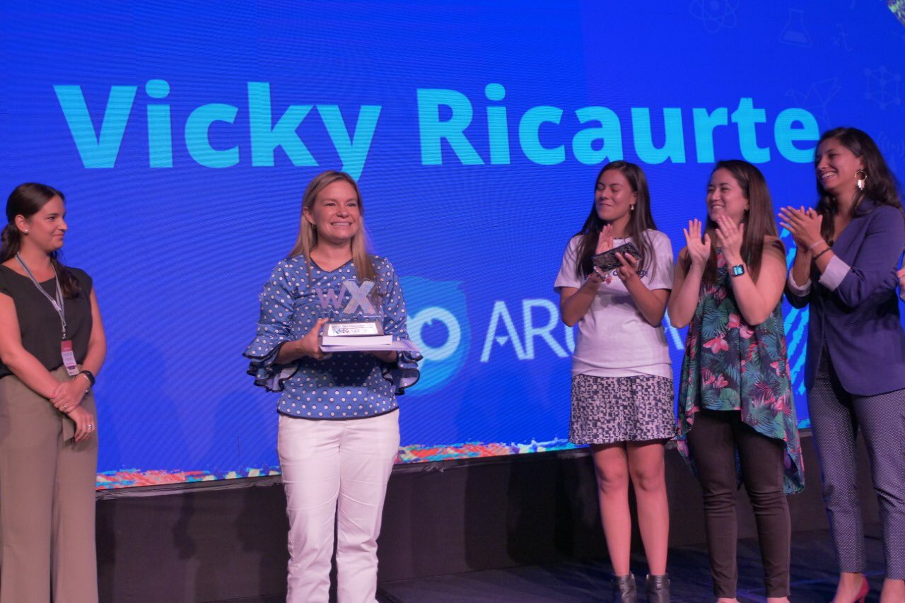 En segunda posición de izquierda a derecha, Ana Victoria Ricaurte, CEO y fundadora de Arukay. (Cortesía de LA Network)