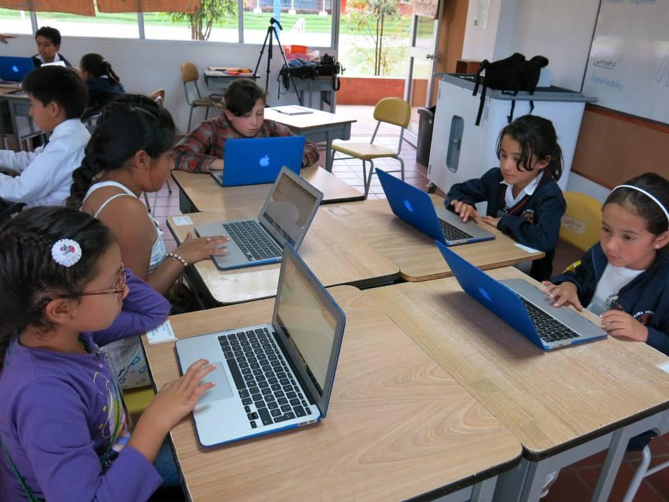 Estudiantes aprendiendo a codificar con el sistema Arukay. (Cortesía de Arukay)