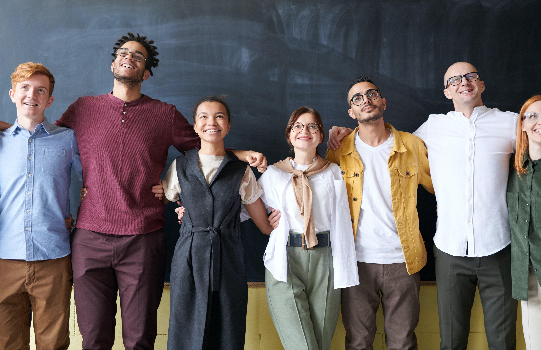 Grupo de jovenes provenientes de diferentes culturas. (Cortesía de Pexels)
