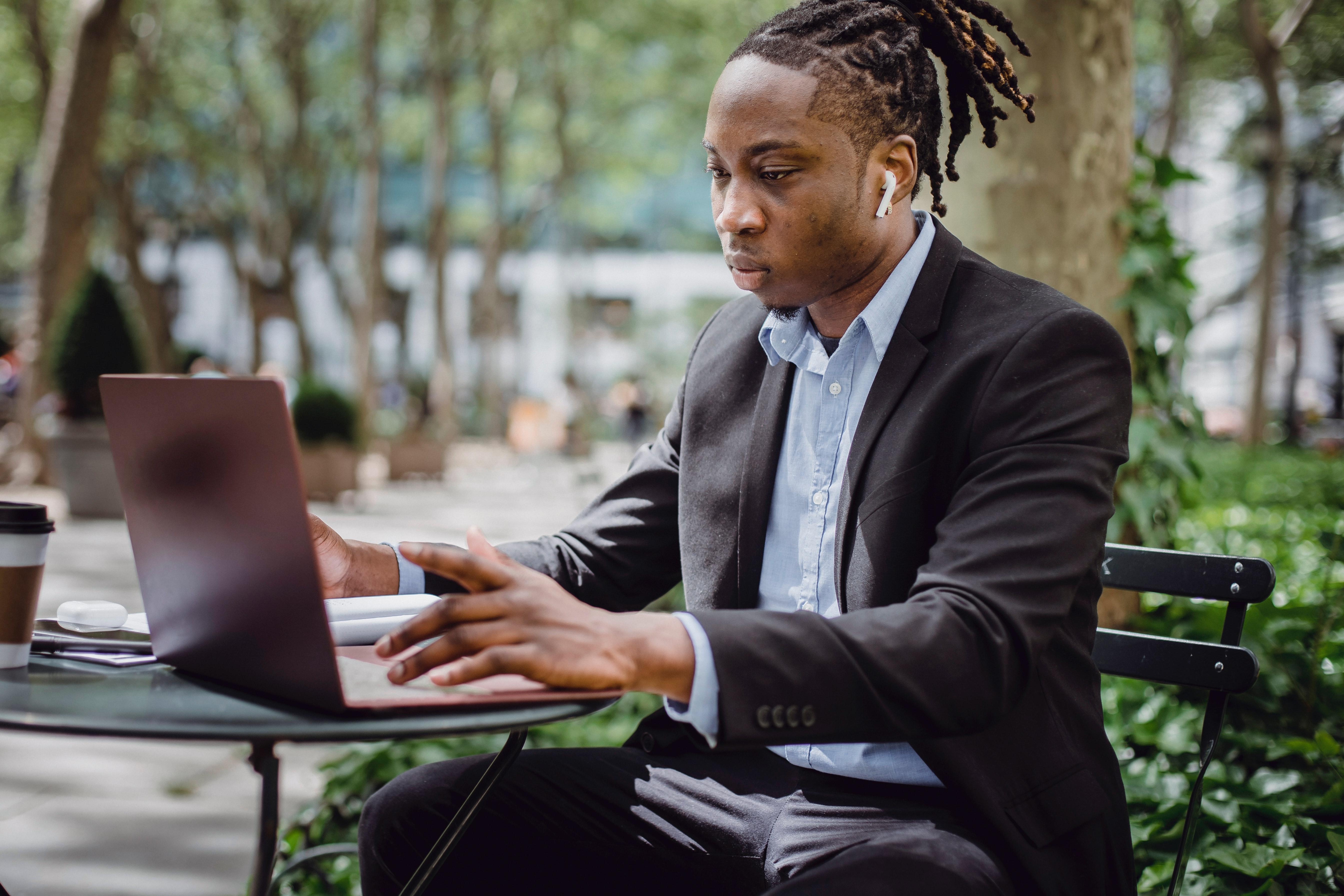 Persona trabajando en laptop (Cortesía de Pexels)