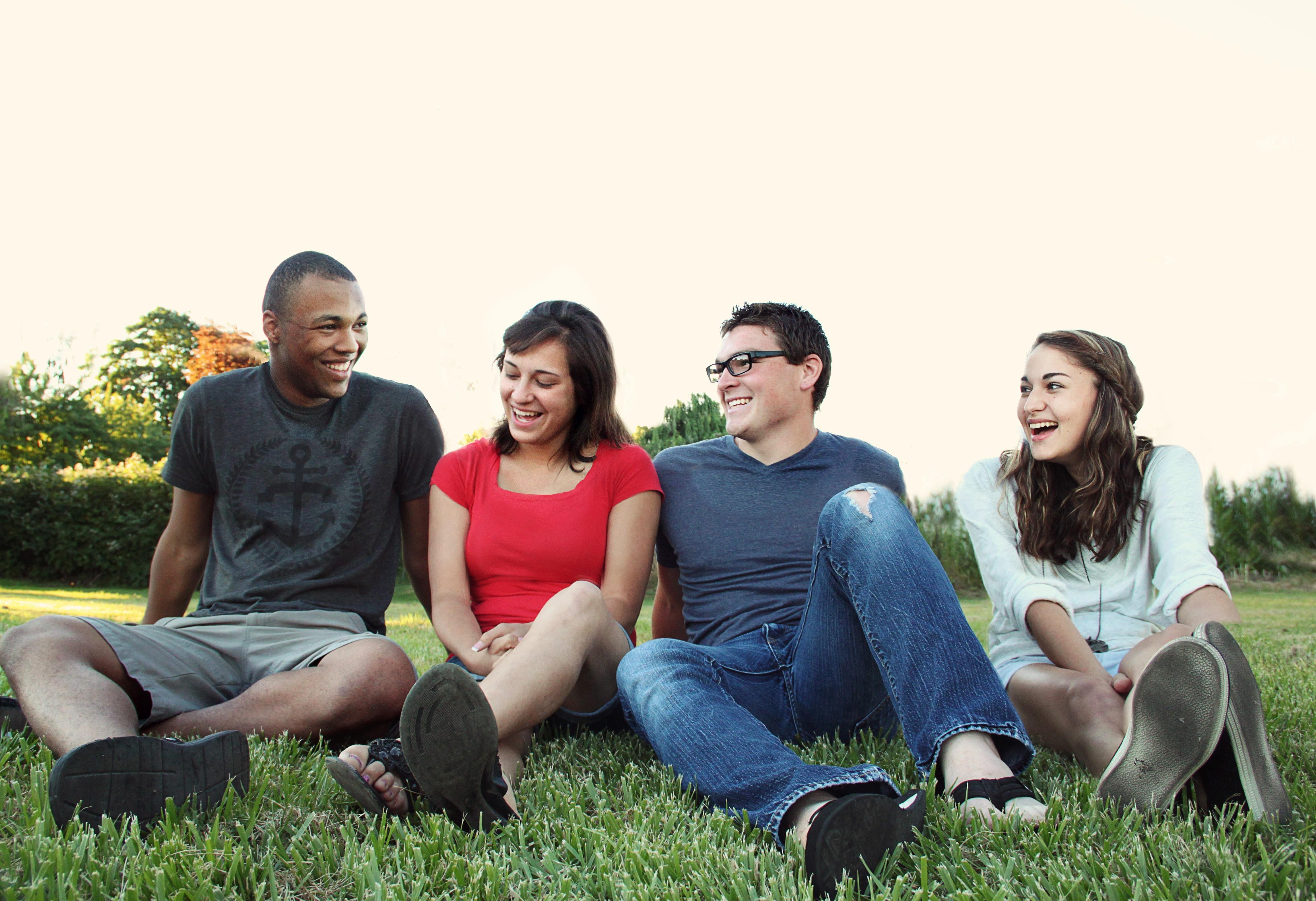 Grupo de jovenes compartiendo. (Cortesía de Pexels)